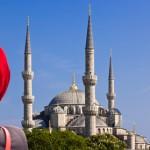 Blaue Moschee mit Frau im roten Schleier © herl - Fotolia.com